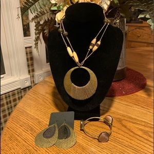 💥4/$10💥  Exotic Neutrals Necklace Set
